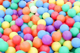 カラフルなボールたちの写真・画像素材[4382684]