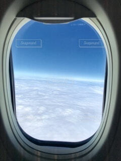 飛行機の窓の向こうの写真・画像素材[4193802]