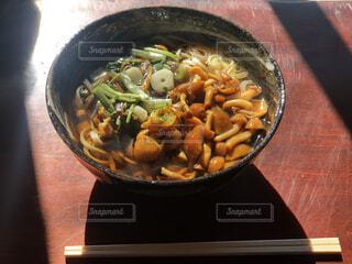鍋の上に座っている食べ物のボウルの写真・画像素材[4173232]