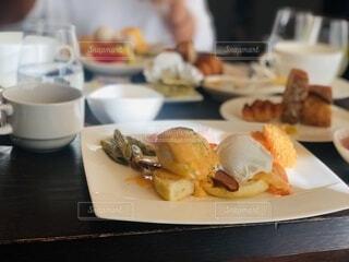 食べ物の皿をテーブルの上に置くの写真・画像素材[4173235]
