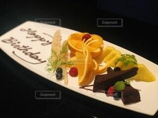 テーブルの上にケーキのスライスを入れた食べ物の皿の写真・画像素材[4173238]