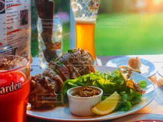 食べ物の皿とビールのカップのクローズアップの写真・画像素材[4173280]