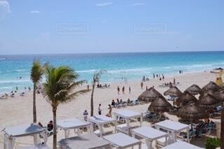 水の体の近くのビーチで人々のグループの写真・画像素材[4182054]