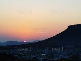 太陽が沈む瞬間の写真・画像素材[4179288]