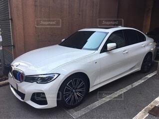 建物の脇に駐車している車の写真・画像素材[4207501]