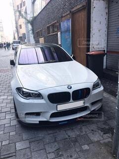 建物の脇に駐車している車の写真・画像素材[4207504]