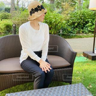 公園のカフェで帽子をかぶった女性の横顔の写真・画像素材[4672812]