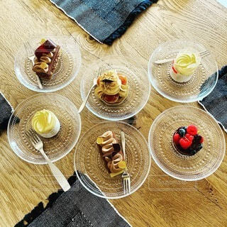 ケーキを並べた木製のダイニングテーブルの写真・画像素材[4763171]