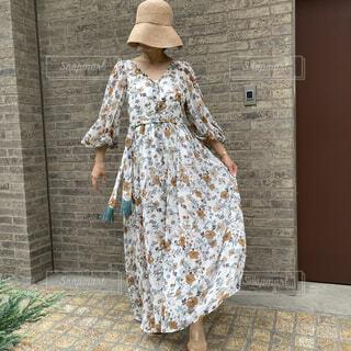 帽子をかぶったロングワンピースの女性の写真・画像素材[4763323]