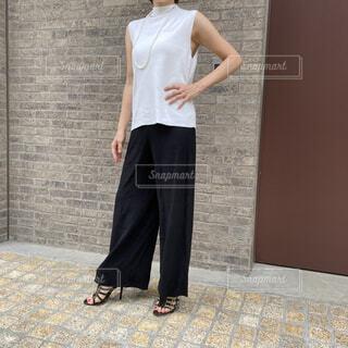 黒のワイドパンツを着たファッションコーディネート2の写真・画像素材[4768720]