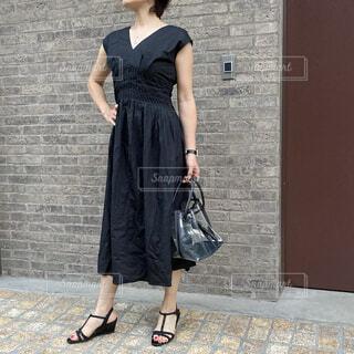 黒のワンピースを着たファッションコーディネート2の写真・画像素材[4768723]