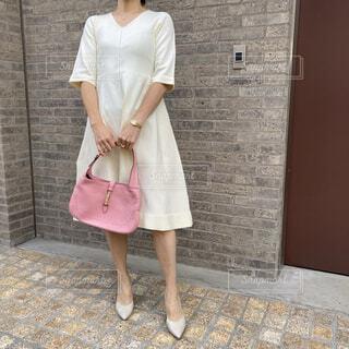 白いワンピースを着た女性の写真・画像素材[4787042]