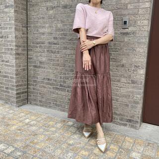 柔らかいブラウン系でまとめた秋のファッションコーデの写真・画像素材[4794508]