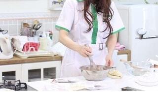 チョコを作る女の子の写真・画像素材[4176926]