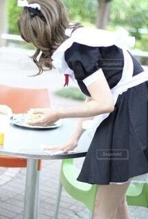 メイドの格好をする女の子の写真・画像素材[4176940]