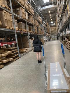 倉庫で佇む少女の写真・画像素材[4177272]