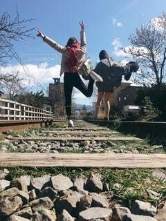 北海道の廃線を歩く女の子の写真・画像素材[4177421]