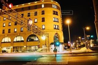 寒さの中ライトアップされた街と交差点の写真・画像素材[4177957]