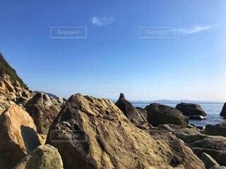 晴れた日の海と岩の写真・画像素材[4181730]