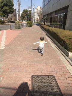 無邪気に走り回る幼児の写真・画像素材[4181466]
