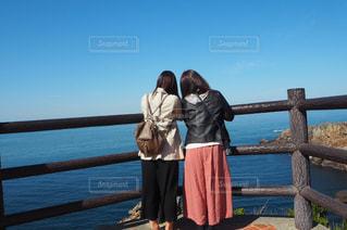 水の体の前で立っている女性の写真・画像素材[1135266]