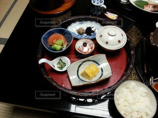皿に食べ物の皿をトッピングしたテーブルの写真・画像素材[4184948]