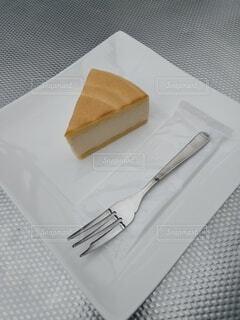 テーブルの上のチーズケーキの写真・画像素材[4320458]