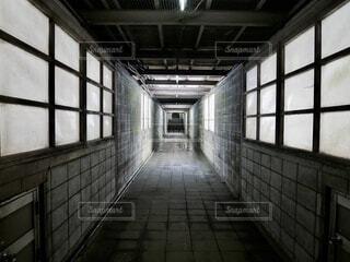 タイル張りの床がある建物の写真・画像素材[4186445]