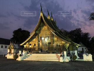 東南アジア、ラオスのルアンパバーン夜の静寂の中の寺院の写真・画像素材[4198218]