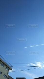空とひこうき雲の写真・画像素材[4194695]