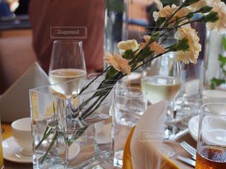ワイングラスとテーブルに座っている人のグループの写真・画像素材[1313366]