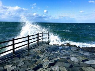 神社の境内に打ち寄せる波の写真・画像素材[4350423]