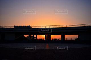 朝焼けに浮かび上がる展望台のシルエットの写真・画像素材[4373126]