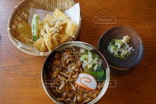 木製のテーブルの上に食べ物のボウルの写真・画像素材[4195877]
