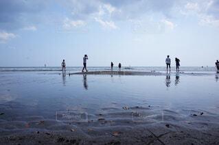 ビーチを歩く人々の写真・画像素材[4195911]