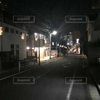 夜のトラフィックでいっぱい街の通りのビューの写真・画像素材[708908]