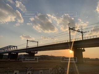 夕日と河川敷の写真・画像素材[4198014]