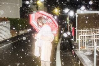 人が傘を持って雪の中 - No.1005571