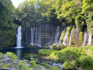 水の体の上に大きな滝の写真・画像素材[4432415]