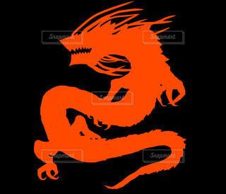 オレンジのドラゴンシルエットの写真・画像素材[4211335]