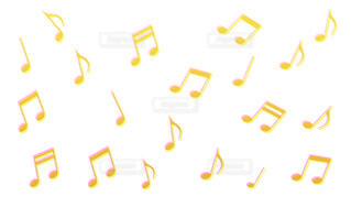 3Dのような黄色の音符パターン(白背景)の写真・画像素材[4413148]
