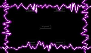 紫の電気フレーム(黒背景)の写真・画像素材[4436946]