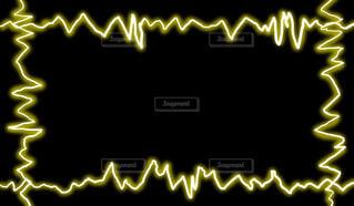 黄色の電気フレーム(黒背景)の写真・画像素材[4436951]