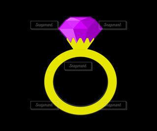 紫の結晶のゴールド指輪の写真・画像素材[4783246]