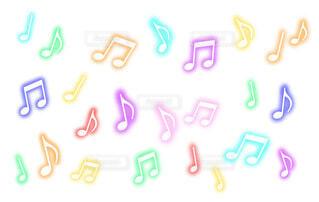 カラフルに光る音符パターン(白背景)の写真・画像素材[4855639]