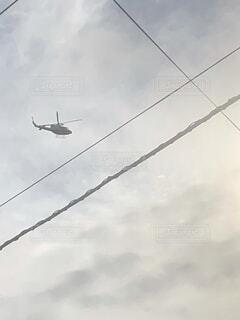 空を飛んでいる飛行機の写真・画像素材[4206163]