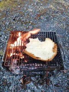 焚き火でトーストの写真・画像素材[4207203]