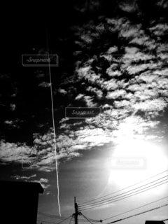 真っ直ぐ上にのびた飛行機雲の写真・画像素材[4389803]