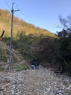 未舗装の道路を歩く人の写真・画像素材[1683845]