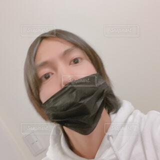 黒マスクの男性 自撮りの写真・画像素材[4283527]